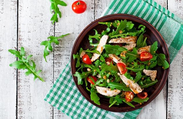 Свежий салат с куриной грудкой, рукколой и помидорами