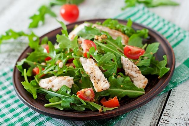 鶏の胸肉、ルッコラ、トマトのサラダ