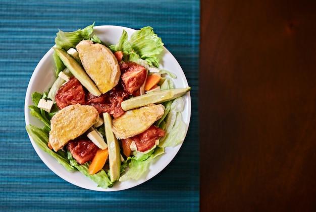 レタス、チキン、野菜のサラダ