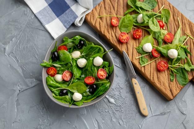 모짜렐라 치즈, 토마토, 시금치가 들어간 신선한 샐러드. 건강한 다이어트 음식.