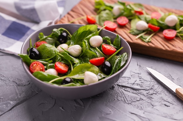 Свежий салат с сыром моцарелла, помидорами и шпинатом здоровое диетическое питание
