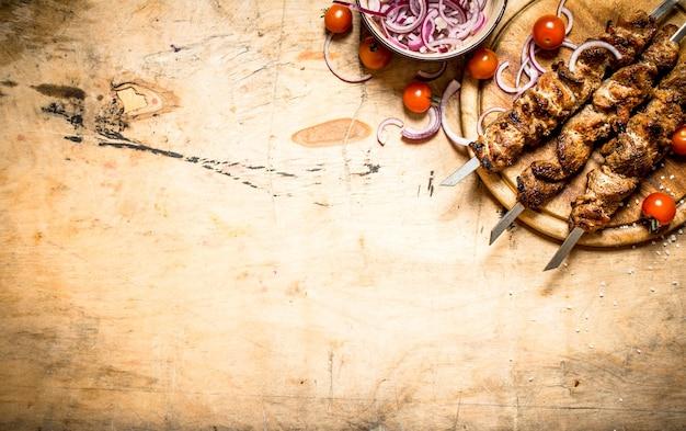 串にシシカバブを添えたフレッシュサラダ。
