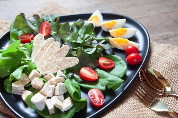 テンペまたはテンペを使った新鮮なサラダ、インドネシアのオリジナルの植物ベースの食品。