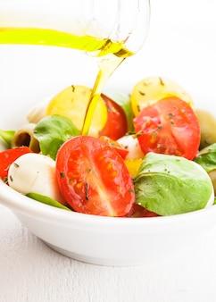 Свежий салат с помидорами, моцареллой и оливковым маслом
