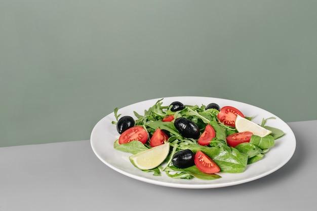 Свежий салат с овощами на большой белой тарелке