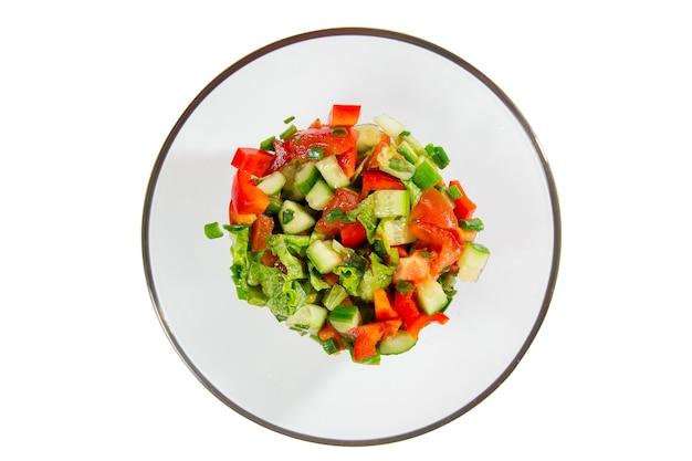 야채 토마토, 오이, 상추, 샐러드 잎이 흰색 배경에 분리된 신선한 샐러드, 위쪽 전망. 건강 식품 및 다이어트 개념입니다. 채식주의 자 음식