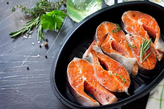 新鮮なサーモンとオリーブオイルスパイスを調理するための材料適切な栄養コピースペース