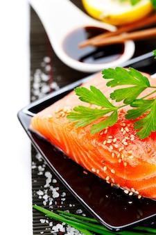 Свежий лосось и соевый соус