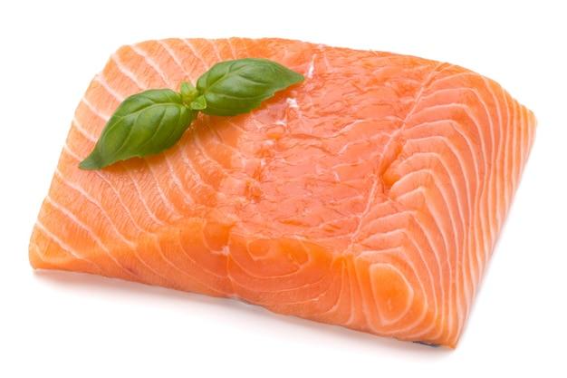 Свежее филе лосося с лаком на белом