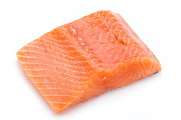 Филе свежего лосося с лаком на белом.