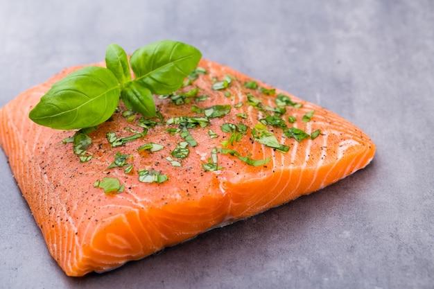 Филе свежего лосося со специями на сером