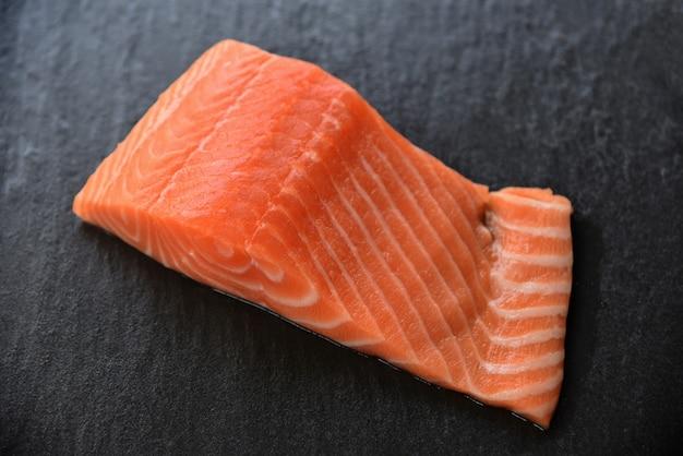 Свежий лосось филе рыбы морепродукты на темном