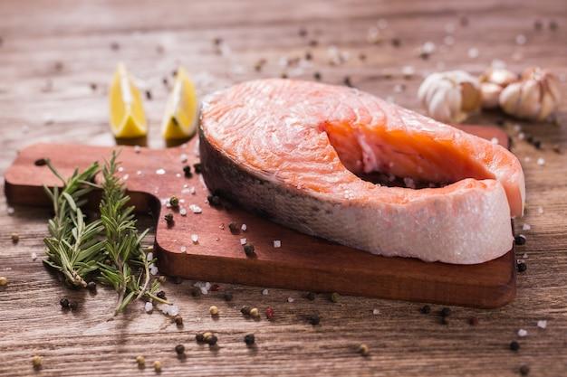 보드에 신선한 연어 등심입니다. 다이어트, 오메가 비타민 및 해산물 개념.