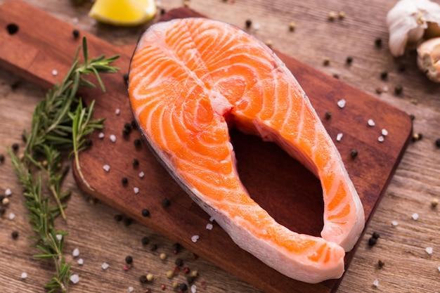 Свежее филе лосося на доске, еда крупным планом вид сверху. концепция диеты, омега-витаминов и морепродуктов.