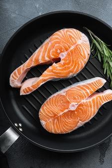 Свежее филе лосося на сковороде гриль