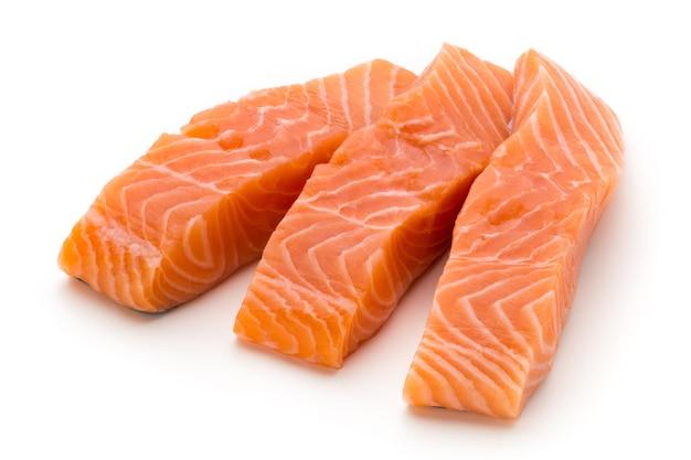 Свежее филе лосося с базиликом на белом фоне.