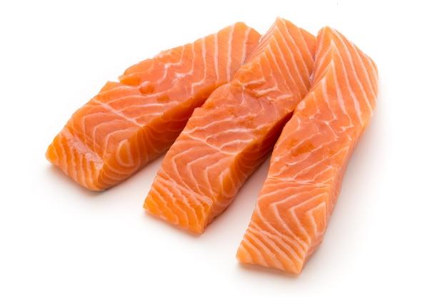 Филе свежего лосося с базиликом на белом.
