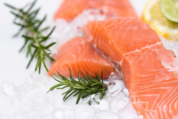 Свежая рыба из лосося, сырое филе лосося с лимоном, травами, розмарином и специями