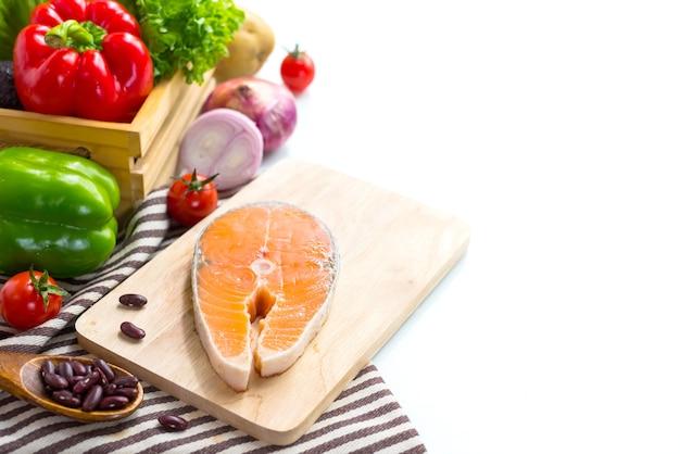 샐러드 요리를 위한 야채와 함께 신선한 연어 생선. 건강하고 다이어트 식품입니다.