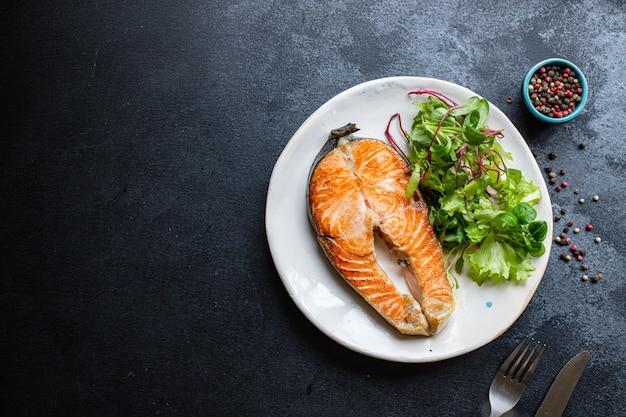 Свежая жареная рыба с лососем в тарелке с морепродуктами на гриле омега, готовые к употреблению
