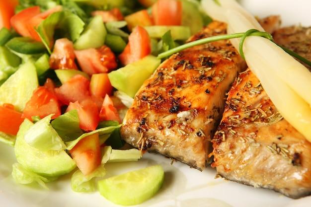 Свежий лосось на гриле с розмарином, подается с салатом и спаржей
