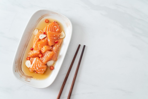 Свежий лосось в сыром маринаде сёю или маринованный соевый соус из лосося - азиатский стиль еды