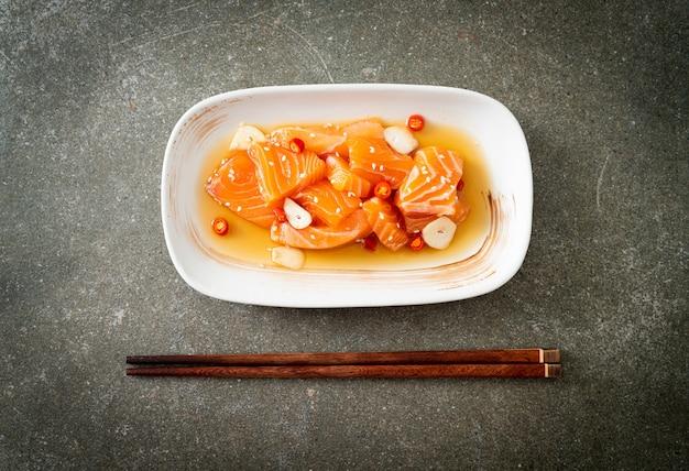 신선한 연어 원시 절인 쇼유 또는 연어 절인 간장 - 아시아 음식 스타일