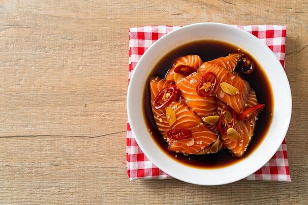 Свежий сырой лосось, маринованный в соусе сёю или соевом соусе