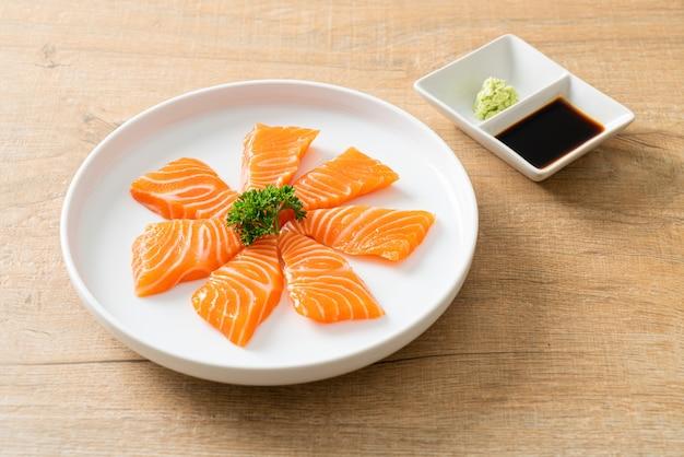 Сырые сашими из свежего лосося - японская кухня