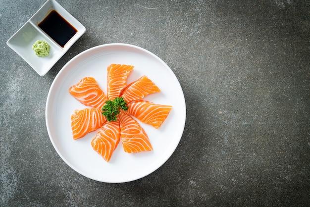 新鮮な鮭の生刺身-日本食スタイル