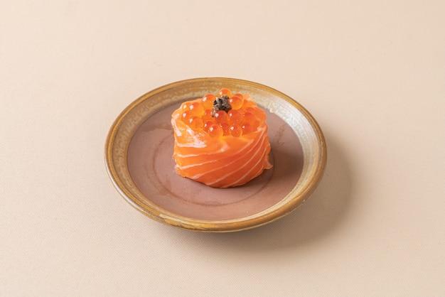 Свежий сырой лосось с суши с лососем и яйцом - стиль японской кухни