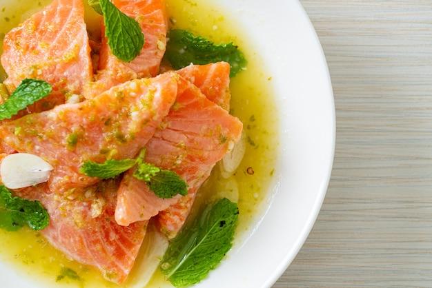 Свежий сырой лосось с пикантным салатным соусом из морепродуктов