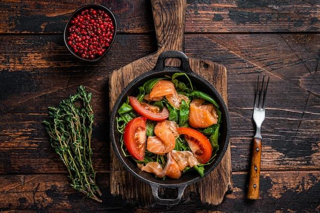 Салат из свежего лосося с рукколой, помидорами и зелеными овощами