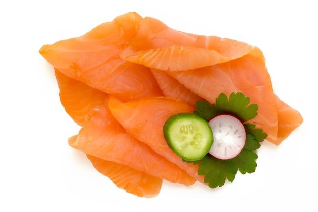 Свежий лосось и специи на белом фоне.