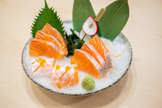 신선한 연어 슬라이스 사시미와 와사비 일본식 얼음에 제공