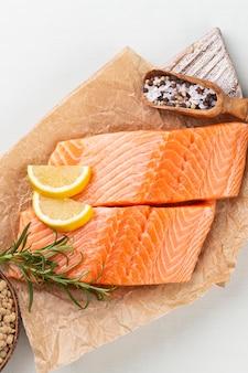 Стейк из свежего лосося со шпинатом и чечевицей.