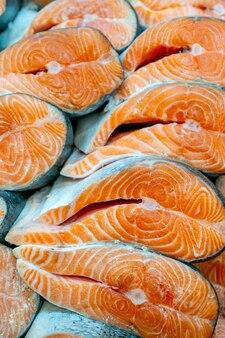 Стейки из свежего лосося. продажа морепродуктов в супермаркете.