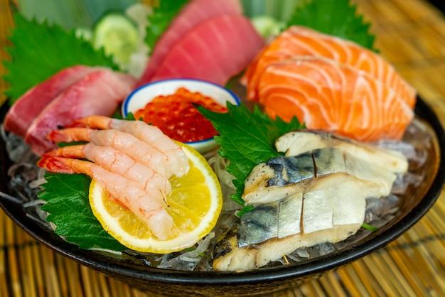 Свежий лосось, тунец и сырые сашими хамачи