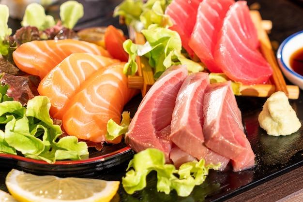 Свежий лосось, тунец и сырое сашими из хамаджи