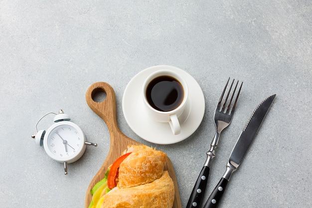 新鮮なサンドイッチとコーヒー