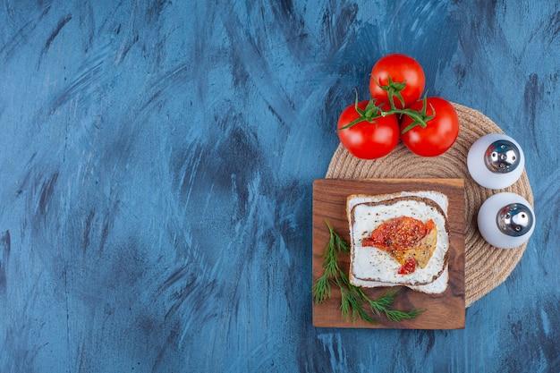 ボード上の新鮮なサンドイッチの材料、青。