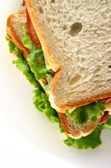일 테이블에 신선한 샌드위치