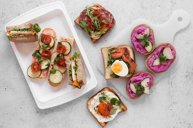 Композиция из свежих бутербродов на фоне цемента