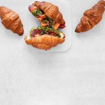 Свежая композиция бутерброды на белом фоне с копией пространства