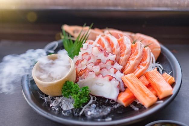Комбо из свежих сашими из японии, азиатки и красивой