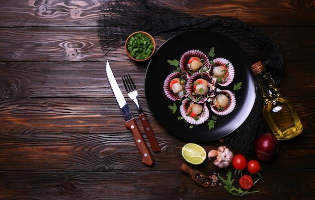 Свежие гребешки с овощами и специями