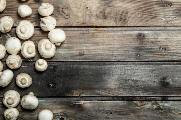 Свежие душистые грибы. на деревянном столе