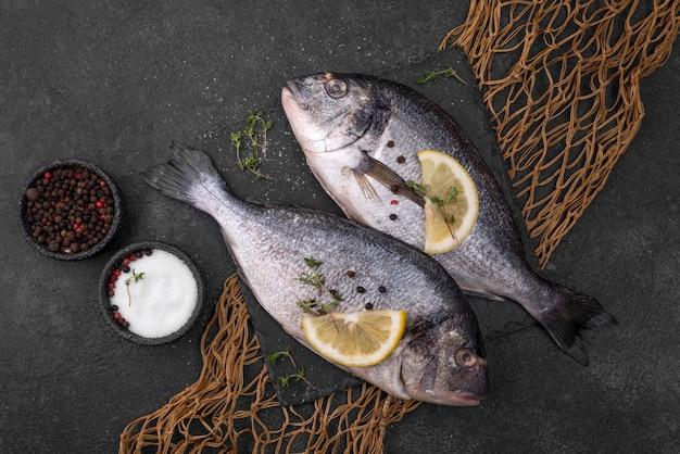 Свежая рыба морского леща и рыболовная сеть