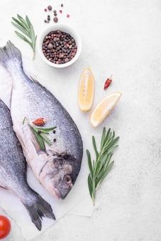 Свежая рыба морского леща и специи