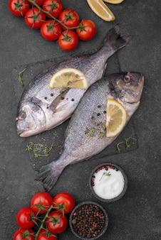 Свежая рыба морского леща с помидорами черри